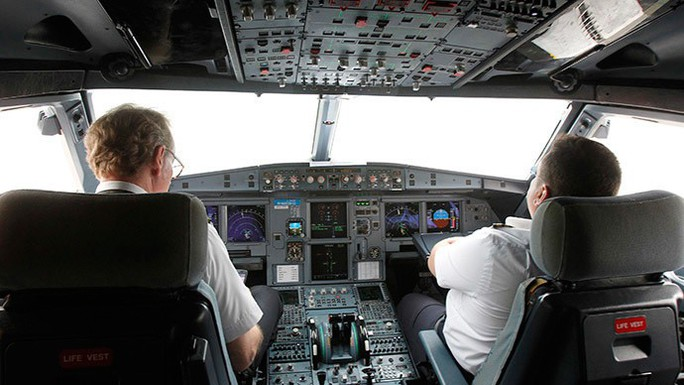 Phi công đột tử trong lúc bay, xử lý thế nào? - Ảnh 1.