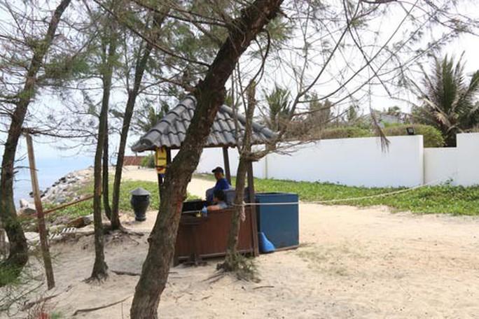 Bãi biển miền Trung bị xẻ thịt: Xâm thực bờ biển Cửa Đại - Ảnh 1.