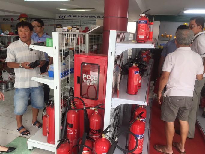 Đa dạng thiết bị thoát hiểm khi cháy, chủ yếu là hàng Trung Quốc - Ảnh 1.