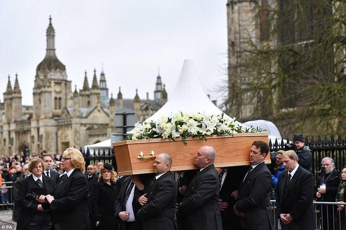 Tiễn đưa ông hoàng vật lý Stephen Hawking về nơi an nghỉ cuối cùng - Ảnh 2.