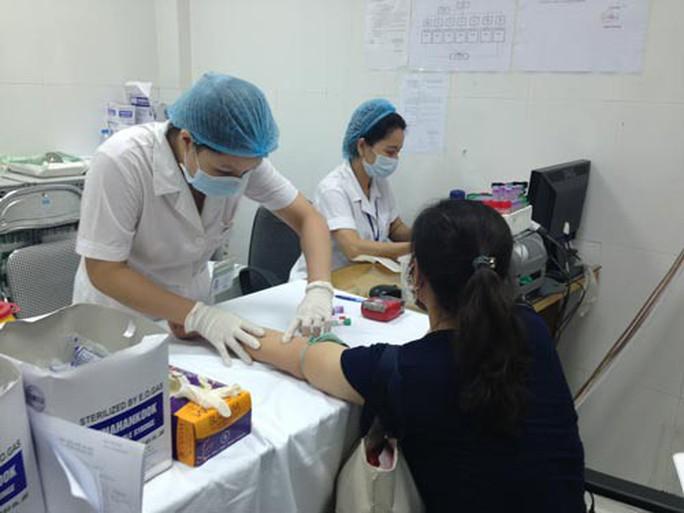 Nguy cơ nhiễm virus viêm gan do xăm môi, xăm mày - Ảnh 1.