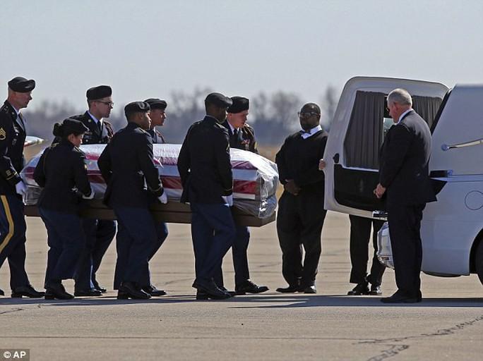 Bí ẩn bao trùm cái chết bí ẩn của nữ trung sĩ Mỹ ở Iraq - Ảnh 2.