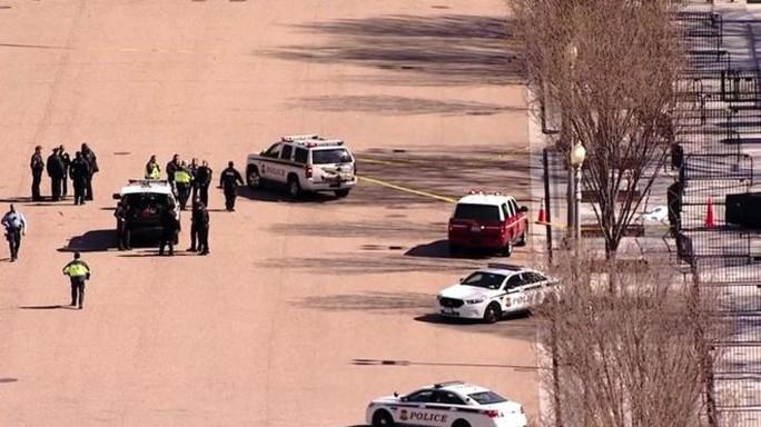Nổ súng tự tử trước cổng Nhà Trắng - Ảnh 1.