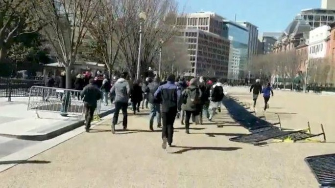 Nổ súng tự tử trước cổng Nhà Trắng - Ảnh 2.