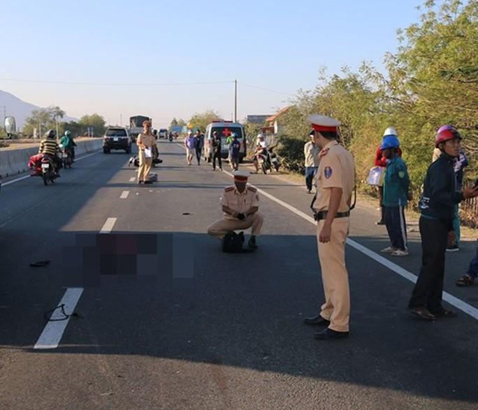 Chạy xe máy từ quê vào TP HCM, một thanh niên tử vong vì tông xe tải - Ảnh 1.