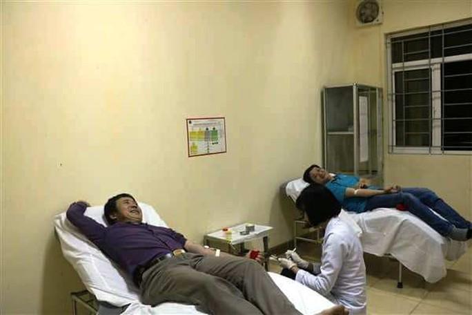 Vượt hơn 200 km trong đêm, hiến máu cực hiếm cứu người - Ảnh 1.