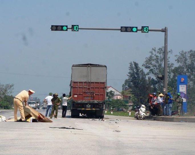 """Xe tải cuốn xe máy vào gầm ở ngã tư """"tử thần"""", 2 anh em chết thảm - Ảnh 1."""