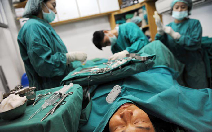 Số ca phẫu thuật chuyển giới tăng chóng mặt - Ảnh 1.