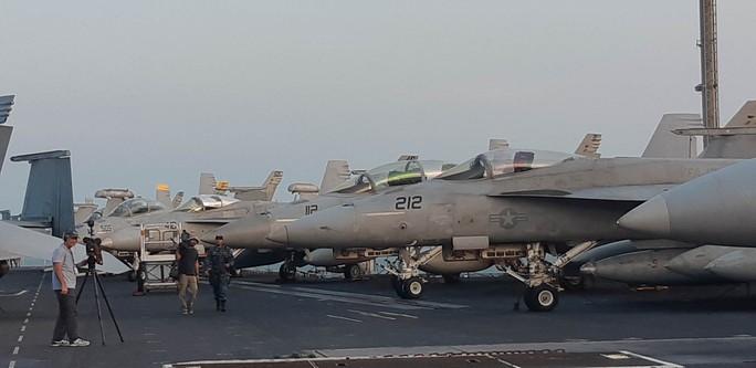 Ngắm dàn máy bay khủng trên tàu sân bay USS Carl Vinson - Ảnh 2.