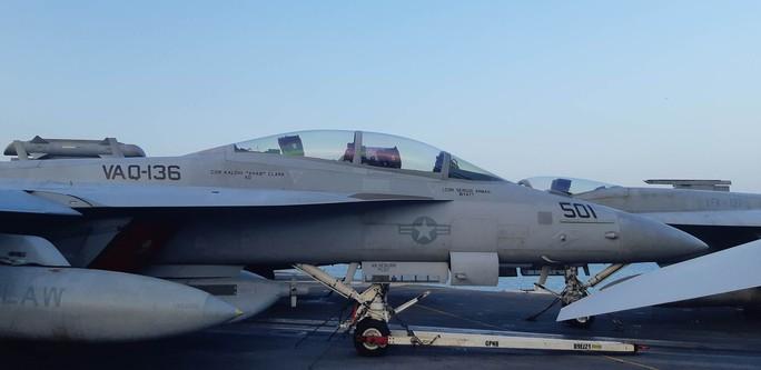 Ngắm dàn máy bay khủng trên tàu sân bay USS Carl Vinson - Ảnh 4.