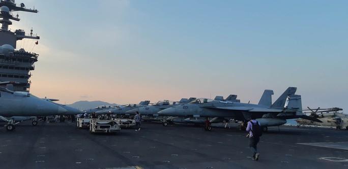 Ngắm dàn máy bay khủng trên tàu sân bay USS Carl Vinson - Ảnh 1.