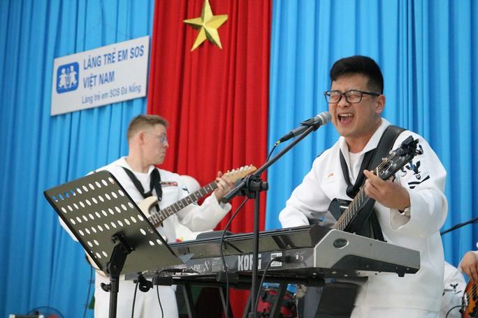 Thủy thủ tàu sân bay Mỹ giao lưu cảm động với làng trẻ em SOS Đà Nẵng - Ảnh 6.