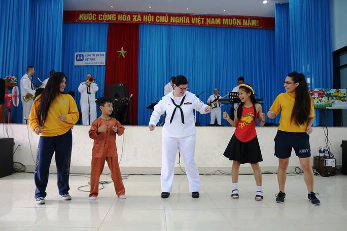 Thủy thủ tàu sân bay Mỹ giao lưu cảm động với làng trẻ em SOS Đà Nẵng - Ảnh 8.