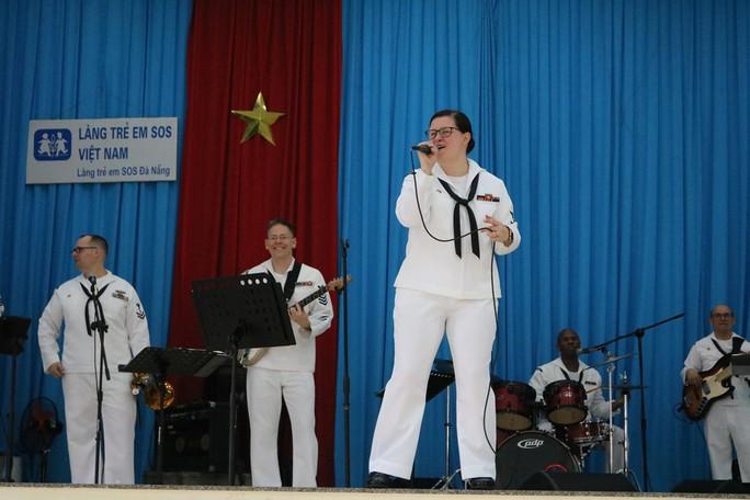 Thủy thủ tàu sân bay Mỹ giao lưu cảm động với làng trẻ em SOS Đà Nẵng - Ảnh 1.