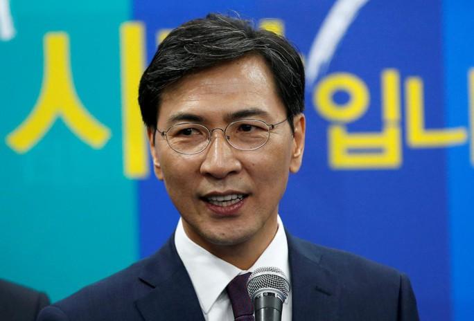 Chính khách Hàn Quốc tiêu tan sự nghiệp vì táy máy phụ nữ - Ảnh 2.