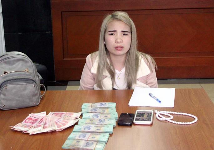 Hải quan bắt 1 phụ nữ không khai báo hơn 300 triệu đồng - Ảnh 1.