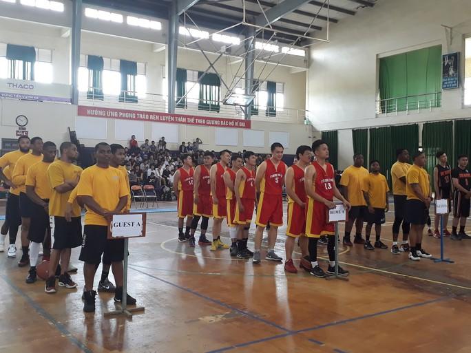Hải quân tàu sân bay Mỹ hào hứng giao lưu bóng rổ với sinh viên Đà Nẵng - Ảnh 1.