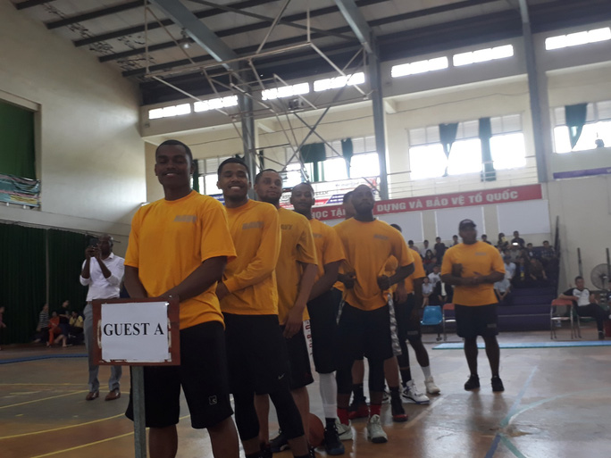 Hải quân tàu sân bay Mỹ hào hứng giao lưu bóng rổ với sinh viên Đà Nẵng - Ảnh 2.