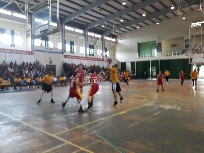 Hải quân tàu sân bay Mỹ hào hứng giao lưu bóng rổ với sinh viên Đà Nẵng - Ảnh 6.