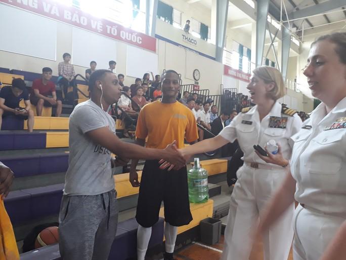 Hải quân tàu sân bay Mỹ hào hứng giao lưu bóng rổ với sinh viên Đà Nẵng - Ảnh 7.
