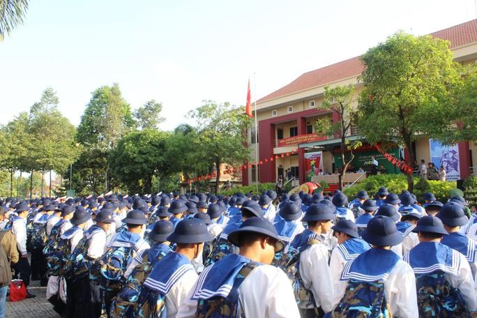Tiễn thanh niên nhập ngũ, Bí thư Nguyễn Thiện Nhân kể chuyện xưa - Ảnh 2.