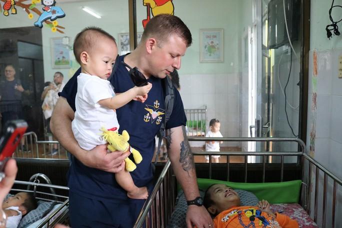 Chùm ảnh xúc động của thủy thủ tàu sân bay Mỹ thăm trẻ em mồ côi - Ảnh 7.