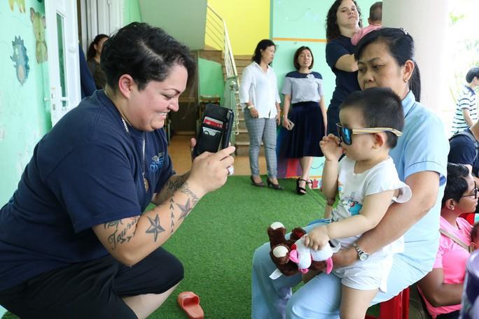 Chùm ảnh xúc động của thủy thủ tàu sân bay Mỹ thăm trẻ em mồ côi - Ảnh 10.