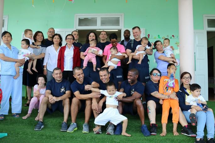 Chùm ảnh xúc động của thủy thủ tàu sân bay Mỹ thăm trẻ em mồ côi - Ảnh 17.