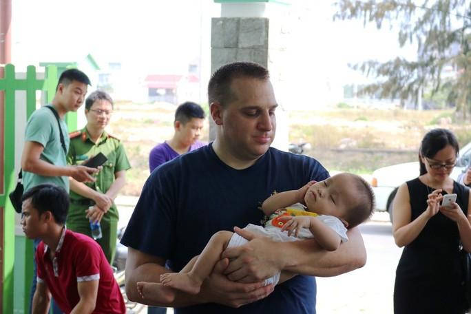 Chùm ảnh xúc động của thủy thủ tàu sân bay Mỹ thăm trẻ em mồ côi - Ảnh 4.