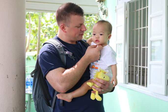 Chùm ảnh xúc động của thủy thủ tàu sân bay Mỹ thăm trẻ em mồ côi - Ảnh 11.