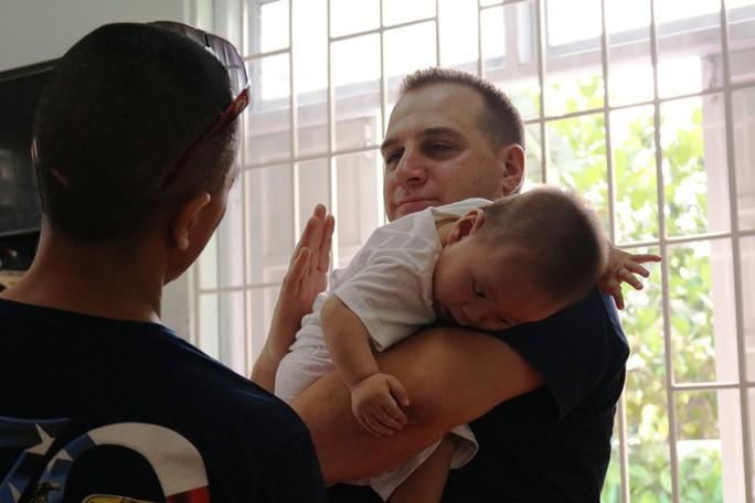 Chùm ảnh xúc động của thủy thủ tàu sân bay Mỹ thăm trẻ em mồ côi - Ảnh 13.