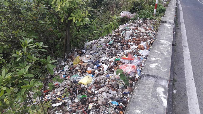 Di tích cấp quốc gia Hải Vân Quan bị rác thải bủa vây - Ảnh 2.