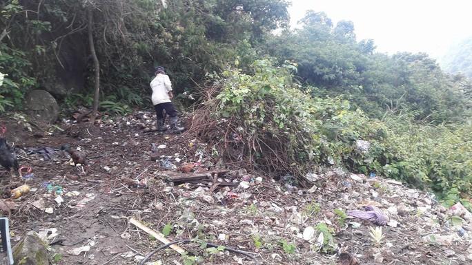 Di tích cấp quốc gia Hải Vân Quan bị rác thải bủa vây - Ảnh 4.