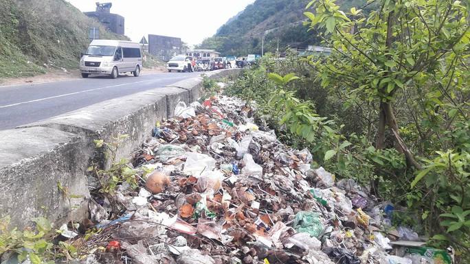 Di tích cấp quốc gia Hải Vân Quan bị rác thải bủa vây - Ảnh 12.