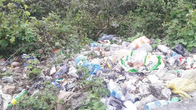 Di tích cấp quốc gia Hải Vân Quan bị rác thải bủa vây - Ảnh 14.