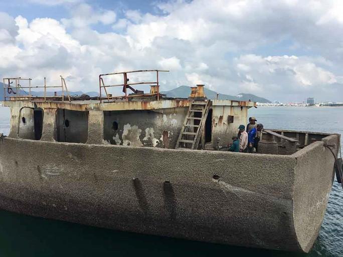 Vẫn còn 7 tàu chìm, mắc cạn trên vịnh Quy Nhơn - Ảnh 1.