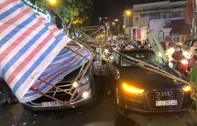 Thanh sắt giàn giáo đâm thủng ô tô Audi ở trung tâm Sài Gòn - Ảnh 2.