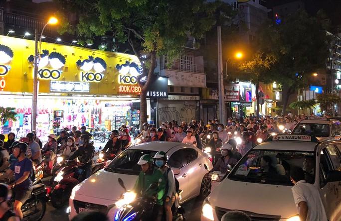 Thanh sắt giàn giáo đâm thủng ô tô Audi ở trung tâm Sài Gòn - Ảnh 4.