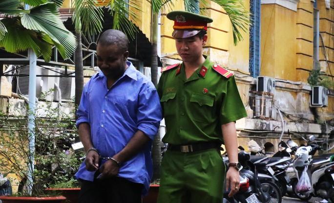 Rút tiền phi pháp, một người nước ngoài ngồi tù - Ảnh 1.
