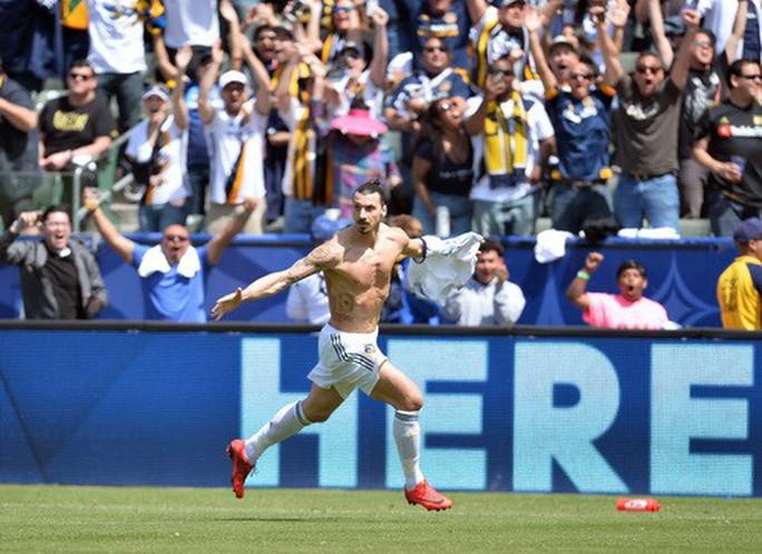 Ibrahimovic lập siêu phẩm, LA Galaxy ngược dòng hạ Los Angeles - Ảnh 3.