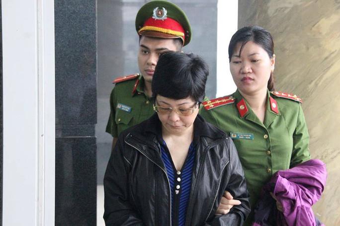 Bà Châu Thị Thu Nga mặc áo khoác đen, né ống kính phóng viên ra tòa phúc thẩm - Ảnh 1.