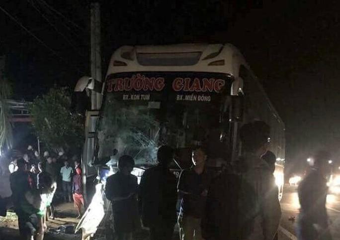 Tai nạn liên hoàn với xe cứu thương, 6 người thương vong - Ảnh 1.