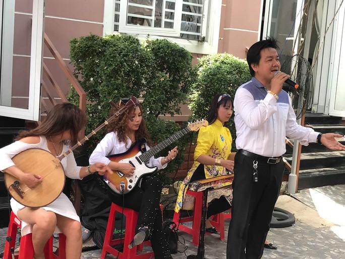 Minh Vương ca bên cầu dệt lụa tưởng nhớ Thanh Sang trong ngày giỗ đầu - Ảnh 4.
