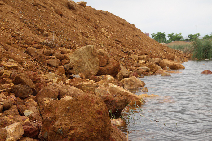 Hơn 8 km sông Cu Đê chuyển sang màu đỏ gạch là do san lấp mặt bằng - Ảnh 2.