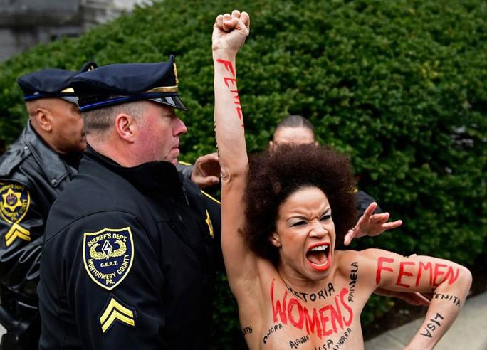Nữ diễn viên cởi áo chống danh hài Bill Cosby - Ảnh 1.