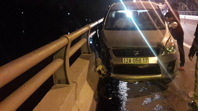 Người đàn ông lái ô tô tông vào thành cầu rồi nhảy sông tự tử - Ảnh 1.