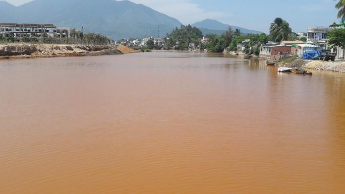Hơn 8 km sông Cu Đê chuyển sang màu đỏ gạch là do san lấp mặt bằng - Ảnh 1.