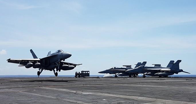Cận cảnh tàu sân bay Mỹ tập trận trên biển Đông - Ảnh 7.