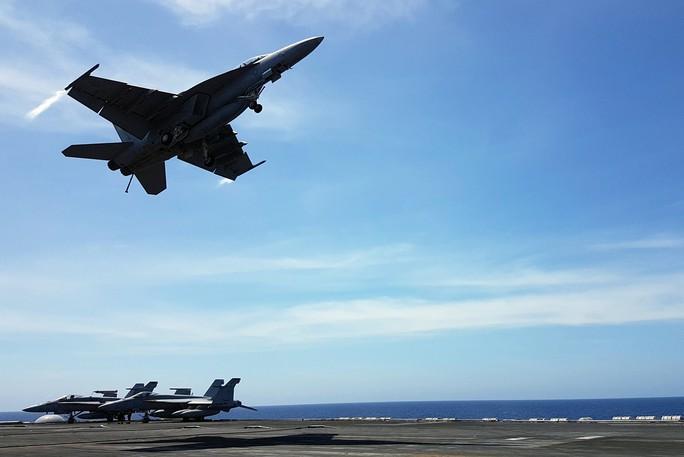 Cận cảnh tàu sân bay Mỹ tập trận trên biển Đông - Ảnh 5.