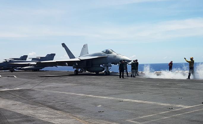 Cận cảnh tàu sân bay Mỹ tập trận trên biển Đông - Ảnh 4.